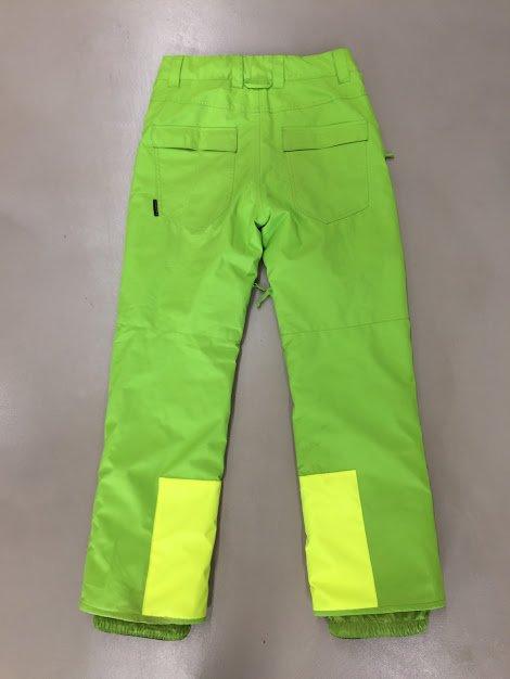 Ρούχα του σκι: Επιδιόρθωση παντελονιού με μπαλωμα χαμηλά στα πόδια, λόγω φθοράς