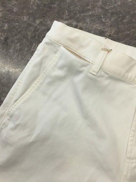 Λευκό παντελόνι στου οποίου το ζωνάρι προστέθηκαν 2 κρυφά τσεπάκια